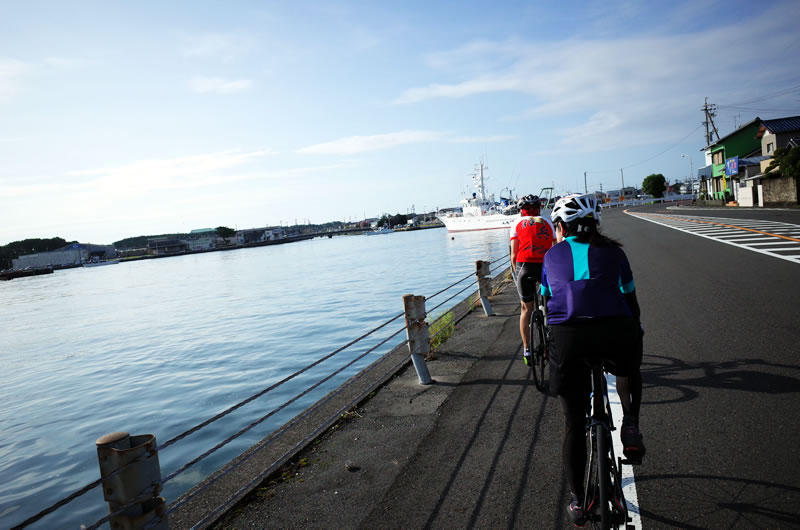 漁港を眺めながらサイクリング