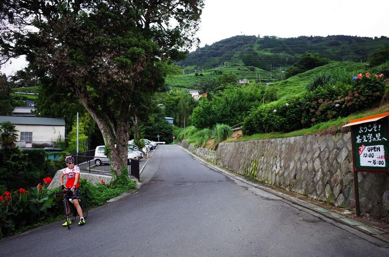 奥に続く道が粟が岳山頂へ