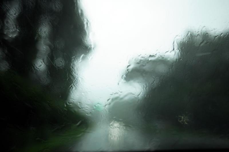 バケツをひっくり返すような雨