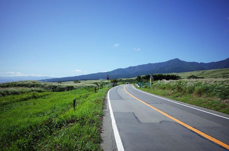 県道469号線の演習場あたりは豪快な景色と山岳前の競り合いが楽しめる