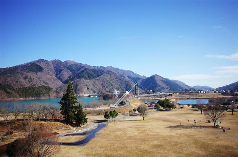 毎年25万人ものクリスマス客が訪れる宮ケ瀬湖