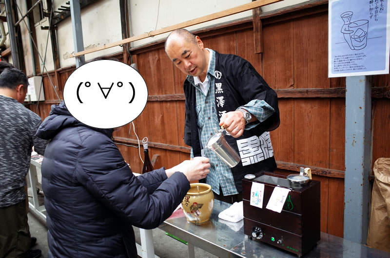 黒澤酒造の蔵開き試飲会で日本酒を味わうデゲメン氏