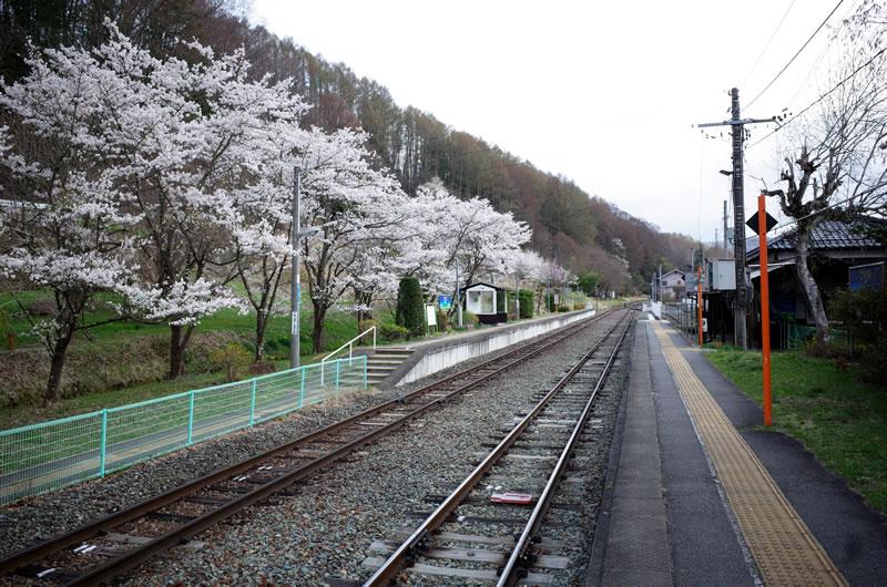 旅情を誘う、小海線八千穂駅のプラットフォーム