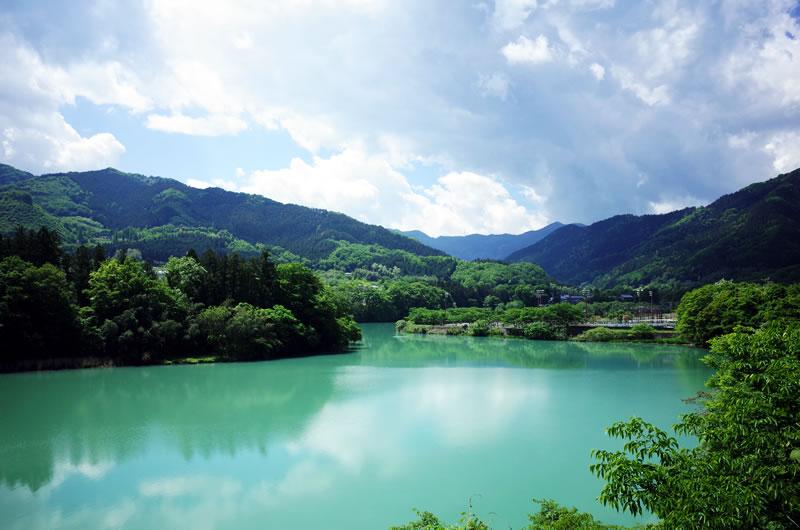 エメラルドグリーンに染まる神流湖! 水不足問題なし!