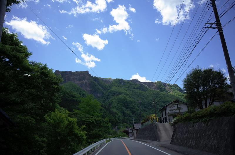 目の前には壮大な岩山がそびえたつ