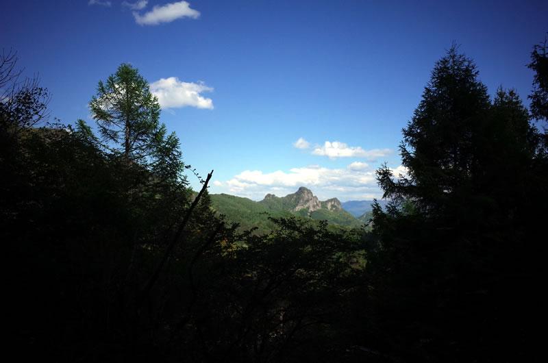西上州のドロミテと呼ばれる立岩がよく見える