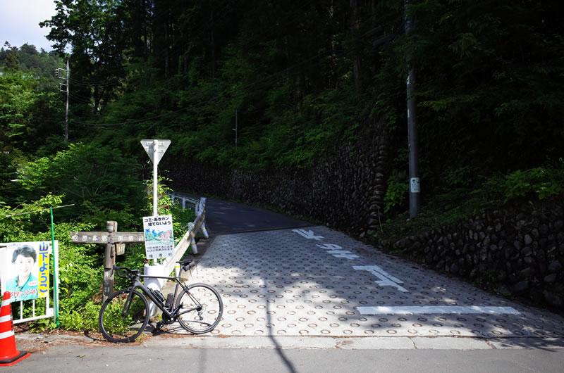 時坂峠の下りの出口。風張林道への道につながります