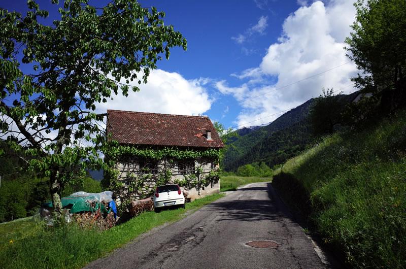 可愛らしい村が見えてきたけど斜度は13%(´_ゝ`)