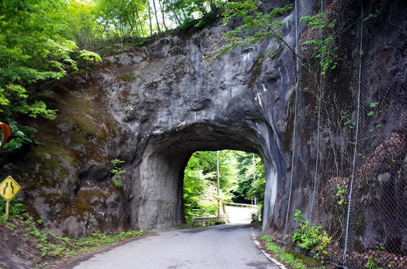岩をくりぬいただけのトンネルがあったり