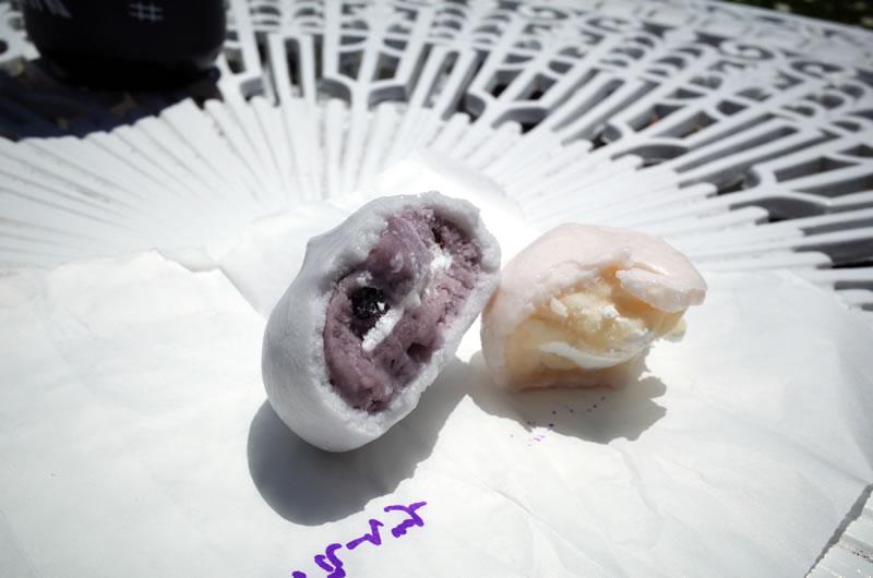 こんにゃく感はゼロ。餡はブルーベリー(左)と桃