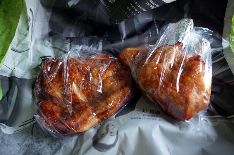高橋の若どりのビッグサイズ照り焼き(左)と蒸し鶏(右)