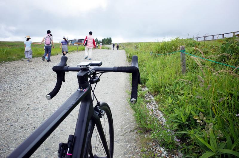 自転車押して歩いて美ヶ原を横断することに