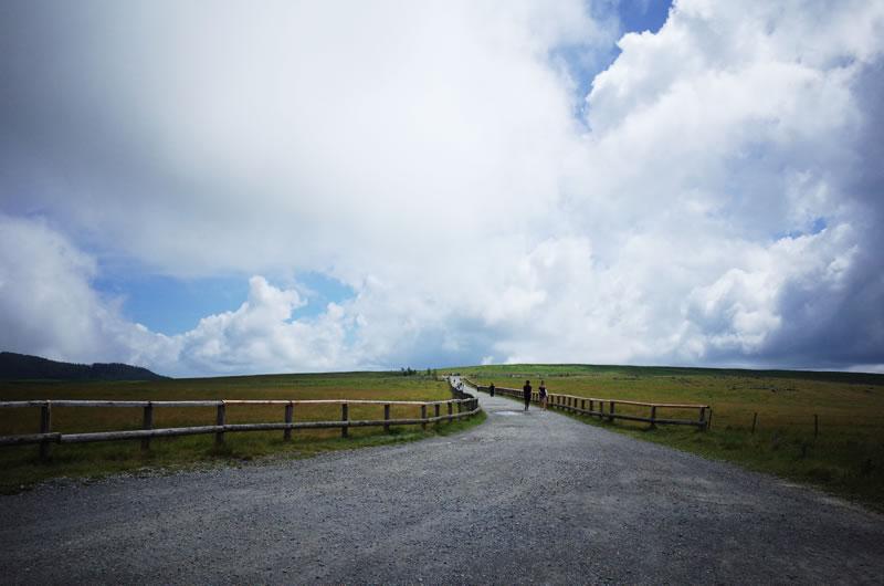 山の頂上がまっ平な草原な美ヶ原