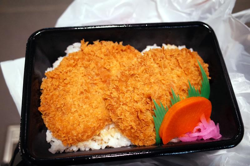 西武秩父駅でわらじカツ丼弁当を食べて腹ごしらえ!