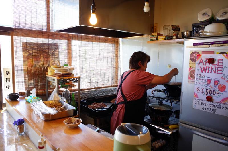 石川屋の店内は焼きそばのソースのいい香りが立ち込める