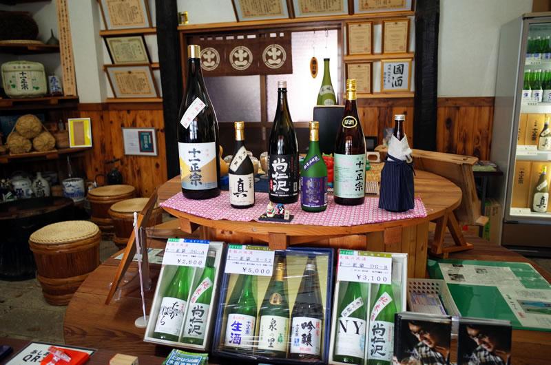 森戸酒造の店内。美味しそうな日本酒がズラリ