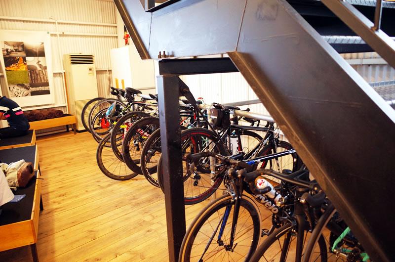 ロードバイクは店内に停められる!
