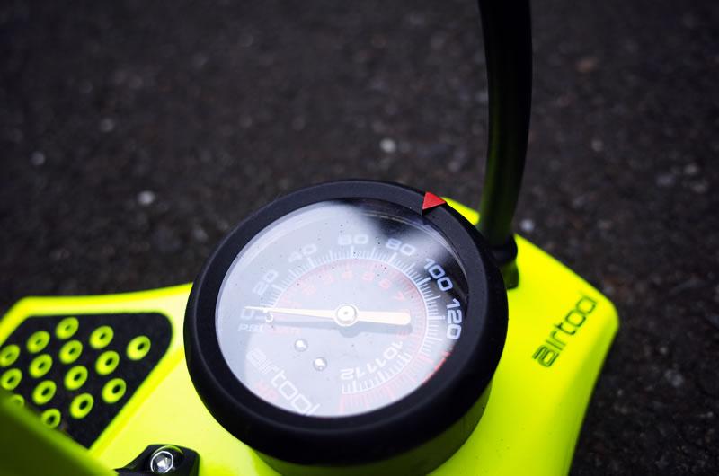 エアツールは最大180 psi(12.4 bar)まで充填可能