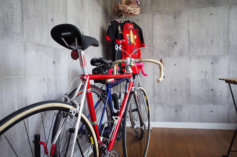 hair salon CLOUDの目印は大きなショーウィンドウとそこに展示されている自転車