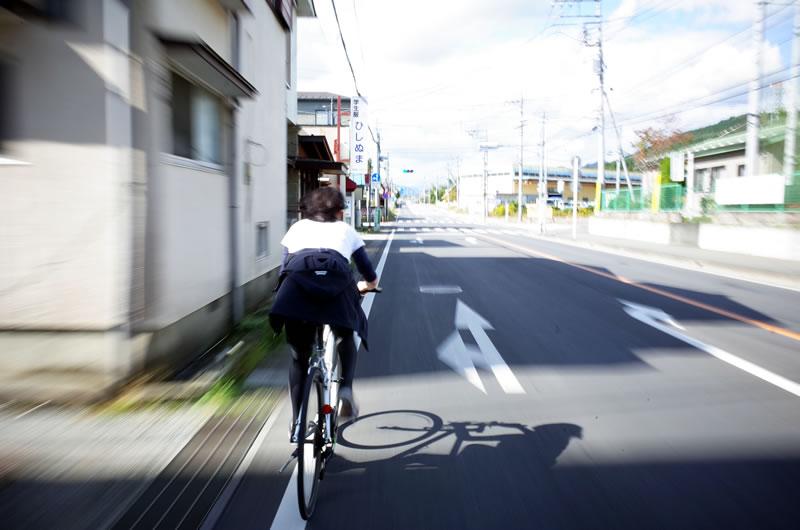 クロスバイクで激走するデゲメン氏