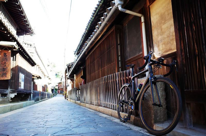 古い佇まいの街並みとキャニオン・ロードバイク