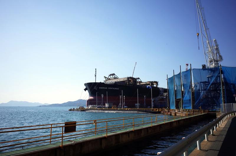 造船所では巨大な船が修理中