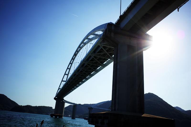 内海大橋を下から仰ぎ見る