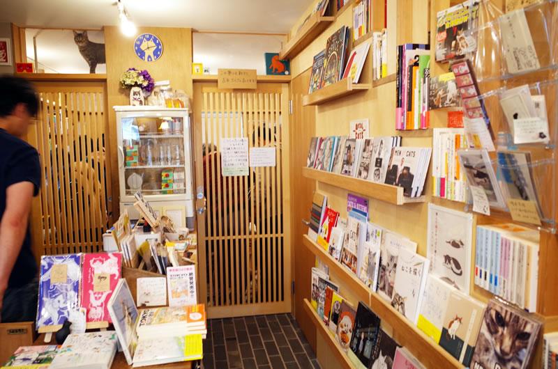 猫の本専門だけに店内に並ぶ猫ブック