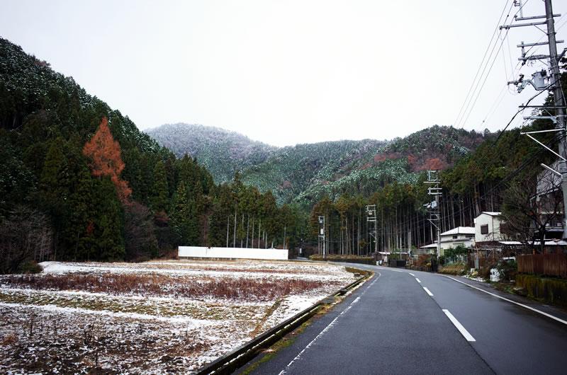 百井峠への道。雪が・・・