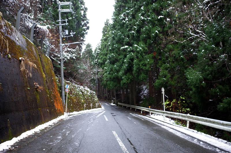 明らかに雪道になりつつある百井峠