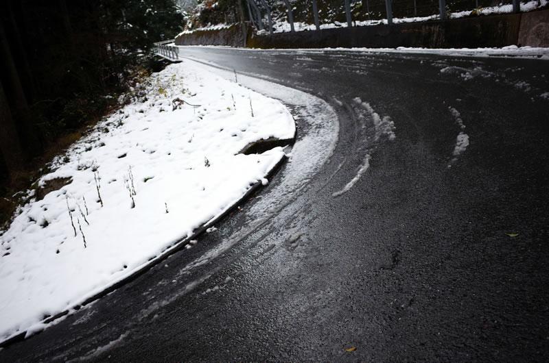 百井峠はどうやら凍結しているようです