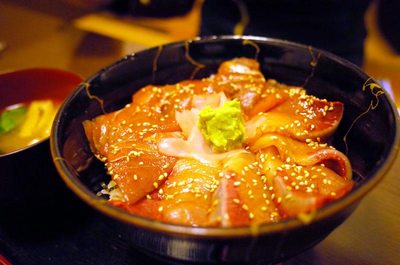 マグロとブリのづけ丼が美味い(@ ̄□ ̄@;)!!