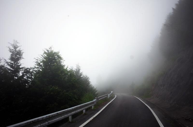 竹森林道は雲の中。晴れたら絶景が見込まれる