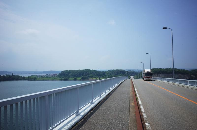 勇気を振り絞って橋の一番高いところから撮影。目は閉じてます(*´ω`)