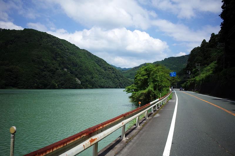 豪快な景色! ダムの真横を走る