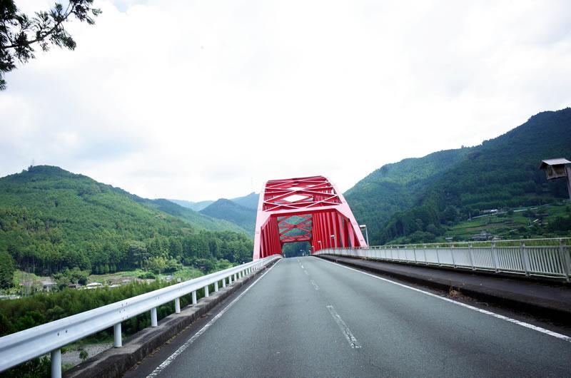 橋を越えます。危険