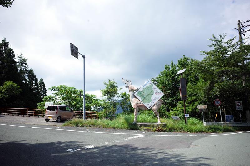 天竜スーパー林道の現在の終点。鹿が目印