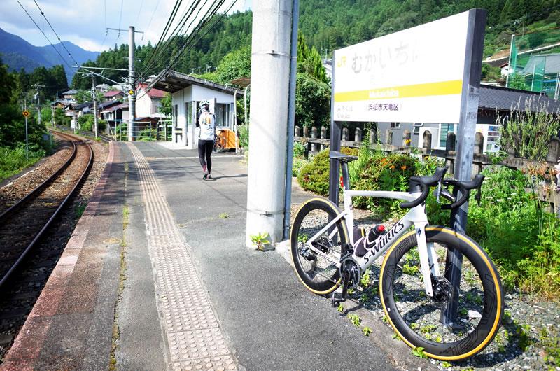 向市場に到着。この先に秘境駅として名高い小和田駅があります