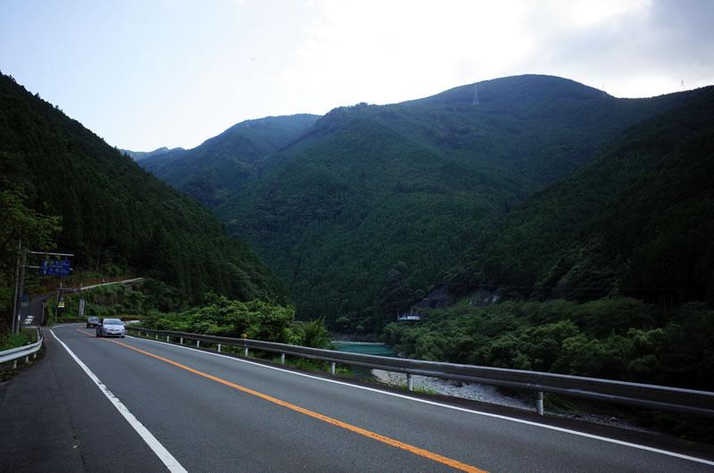 山の間を縫うように走る国道152号線