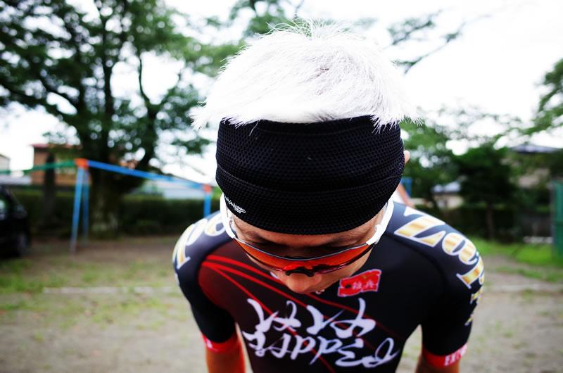製品自体も、ヘルメット被ったときも、やや締め付け感がある