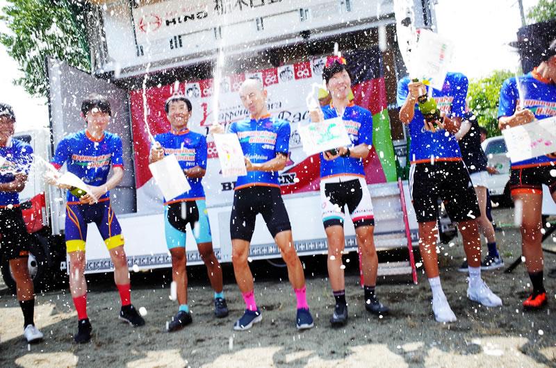 優勝者によるシャンパンファイト!!