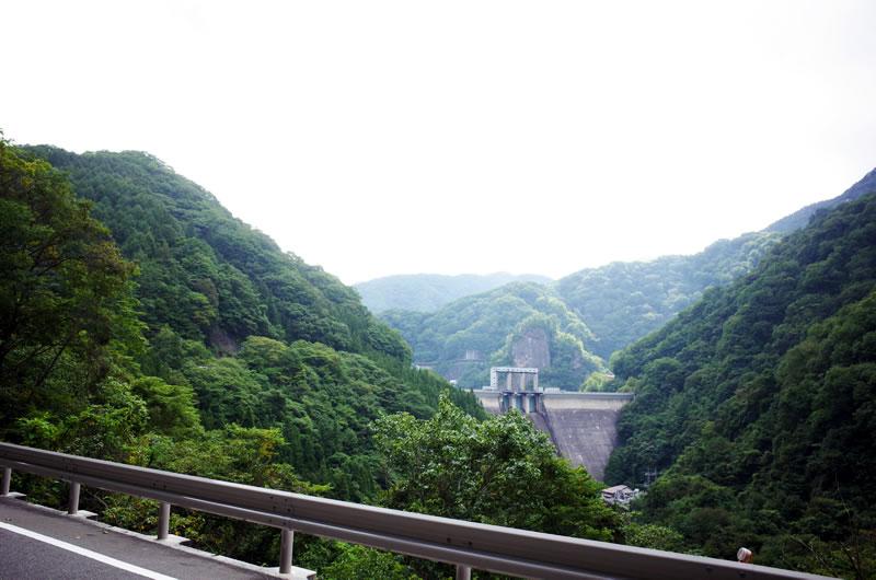遠くに見える藤原ダム