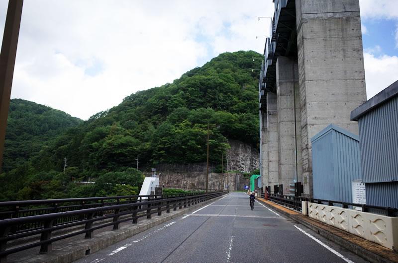 山奥にひっそりとある巨大な建造物な藤原ダム