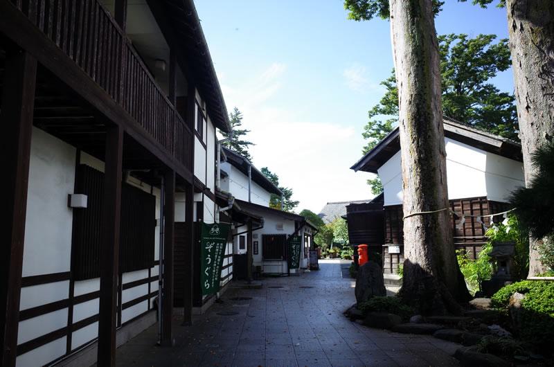 有形文化財の建物が建ち並ぶ石川酒造