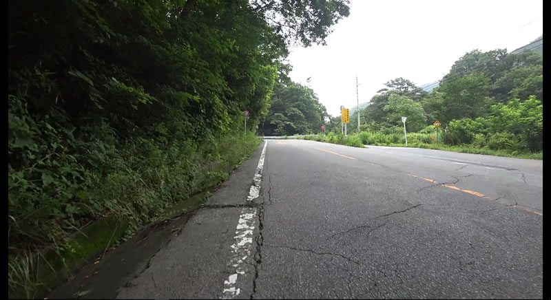 第1カーブまでほぼ一直線の道