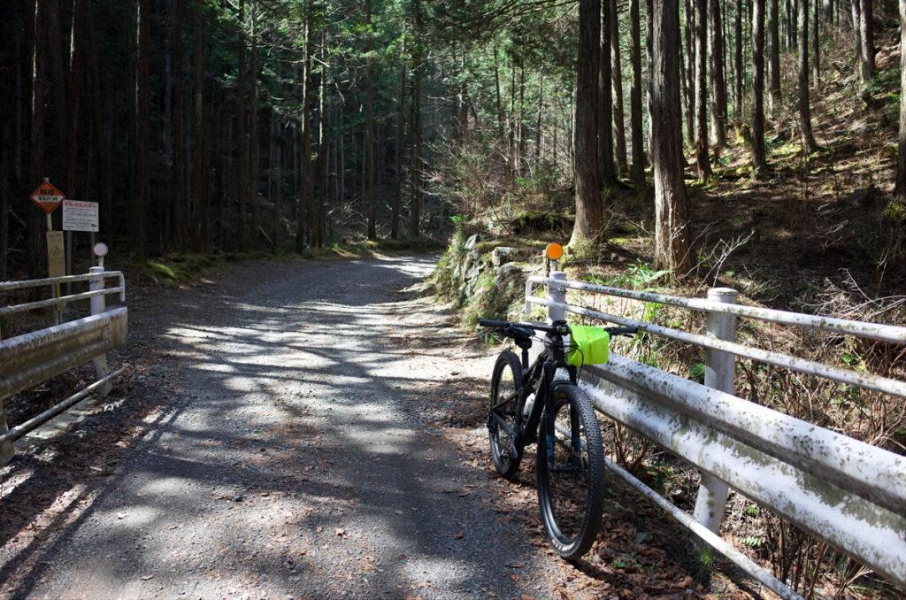 林道真名井線は約5km、8%のグラベル林道