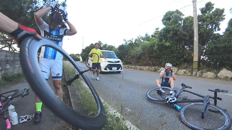 落車した人は全員無事そうで、メカニックもすぐに助けにきてくれた