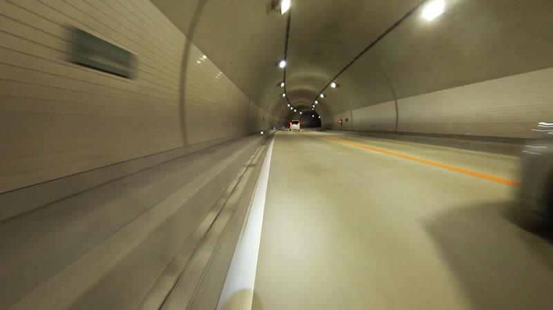 トンネル内はライトをつけよう!