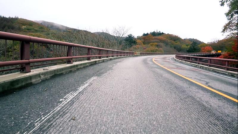 橋を渡り、カーブをいくつか越えるとやがて山頂