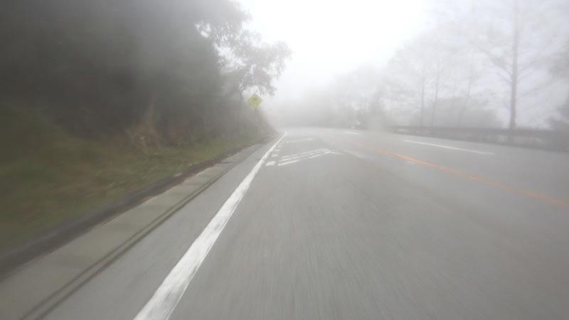 ダウンヒルは雲の中に突入!